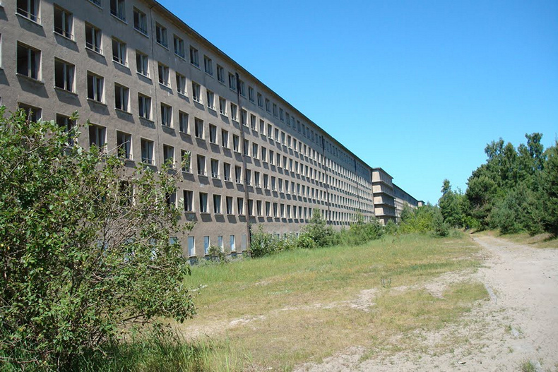 Здание отеля длиной в 5 километров находится в 150 метрах от моря.