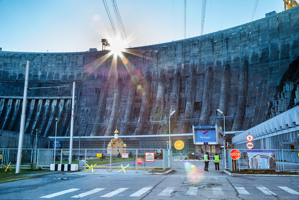 5. После серьезного досмотра, как в аэропорту, проходим на территорию Саяно-Шушенской ГЭС. Масштаб д