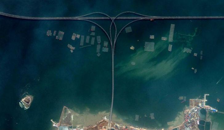 Циндаоский мост через залив. Снимок со спутника.