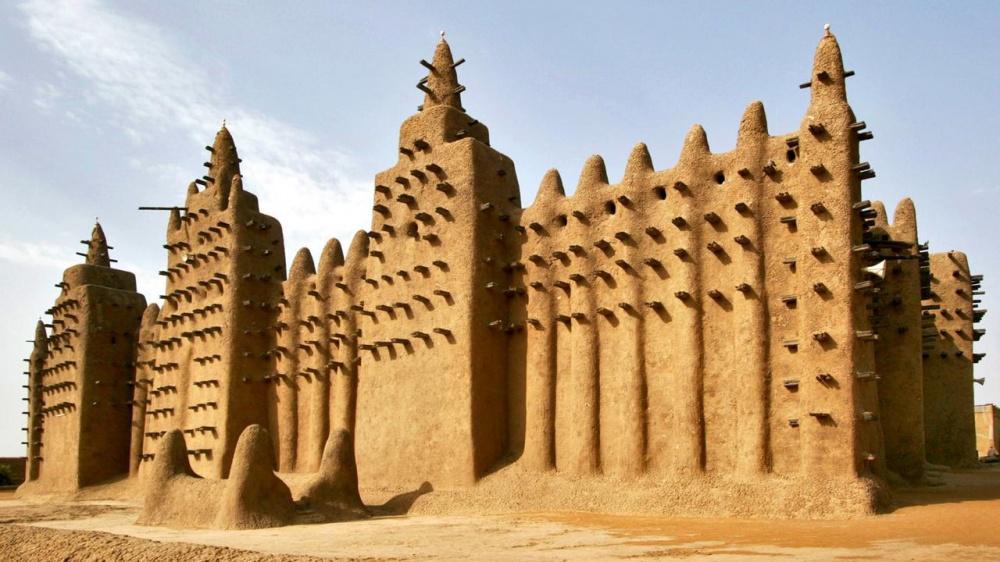 Столетняя Дженненская мечеть— самое большое глинисто-наносное здание вмире. Всоставе объекта стар