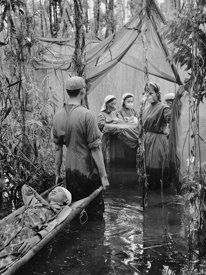 Солдаты армии Северного Вьетнама возле стратегически важной дороги № 9 во время операции «Lam Son 71