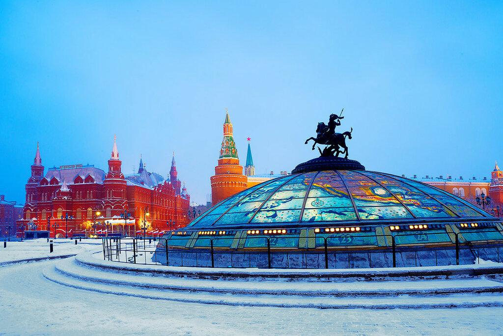 Москва. Фонтан «Часы мира» на Манежной площади зимним утром.