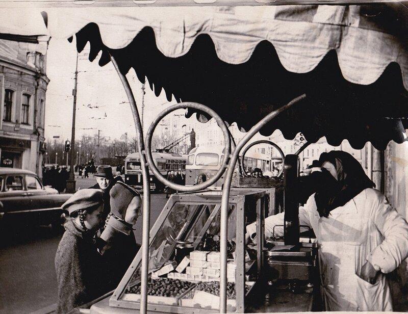 151717 Торговля у Никитских А.В.Ермолаев кон. 1960-х.jpg
