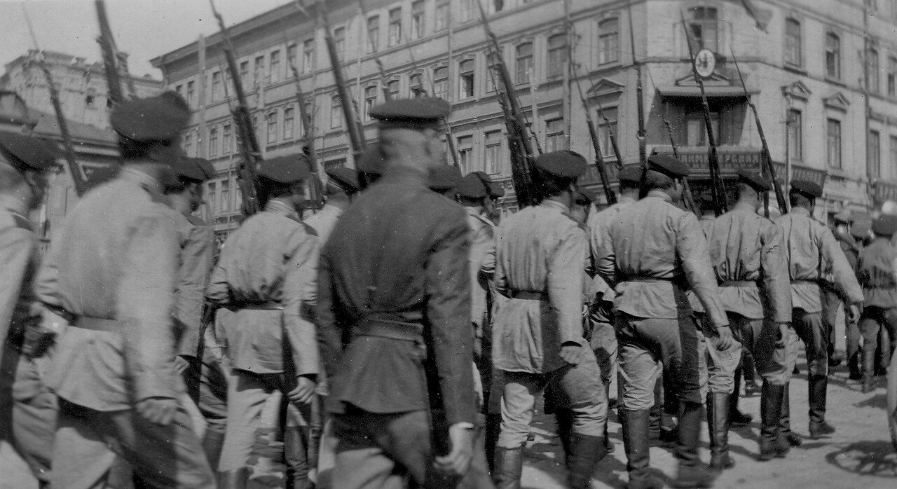 Русские солдаты на привокзальной площади
