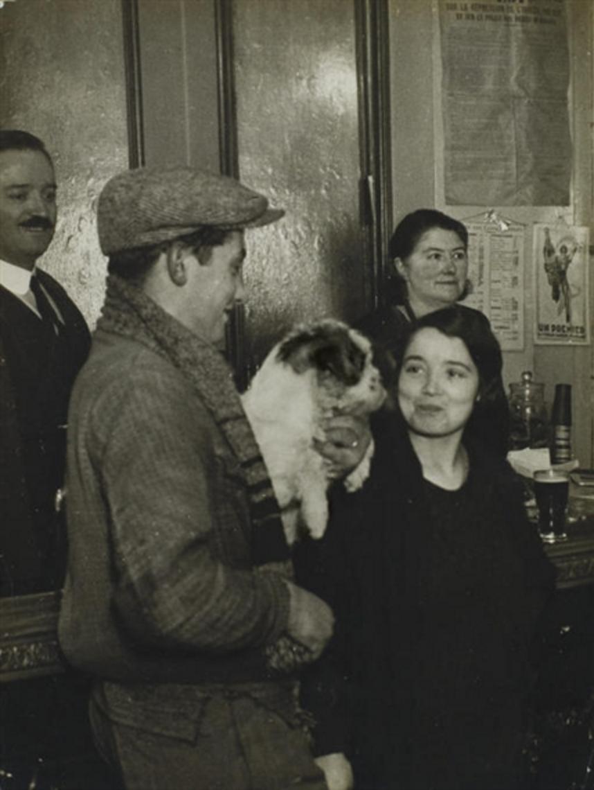 1930. Пара с собакой в кафе
