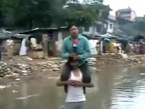 Индийский журналист вёл репортаж сидя на жертве стихии