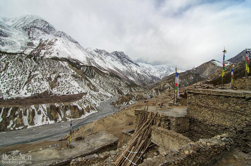 Вид из Мананга на долину реки Марсъянди, Хмурое утро в мананге, гималаи, непал, горы, снежники, река