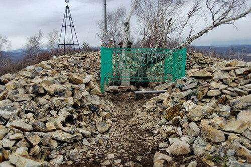 Есть обычай приносить камень кмогиле, отэтого образовался целый вал вокруг неё