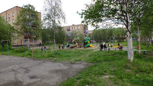 Фотография Инты №4619  Детская площадка, установленная во дворе Мира 33 (Мира 35, 31 и 29) 18.06.2013_14:54