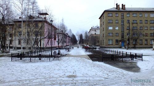 Фотография Инты №6213  Чайковского 5 и 3 (сквер перед бащней) 10.11.2013_14:04