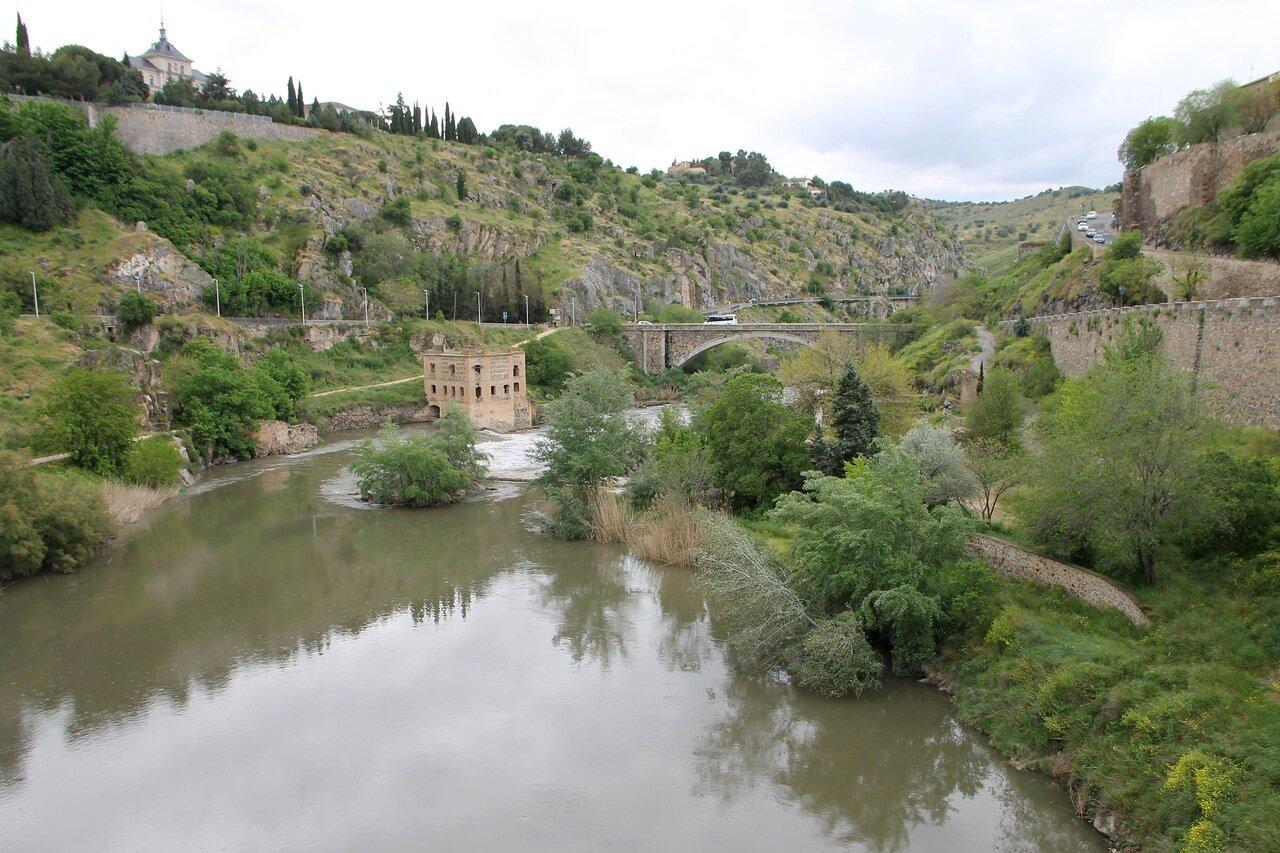 Толедо. Вид с моста Алькантара на долину каньон реки Тахо,  мельницу и мост Ронда-де-Хуанело