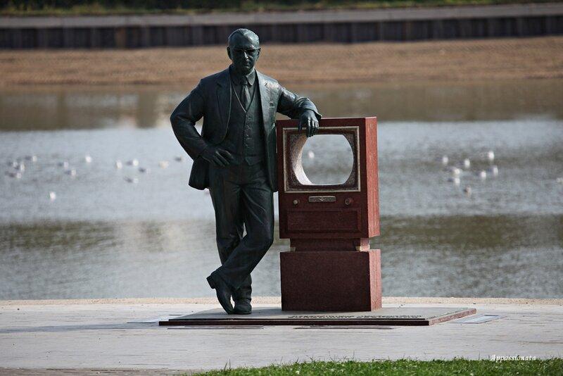 Памятник изобретателю телевидения Владимиру Зворыкину в Останкино