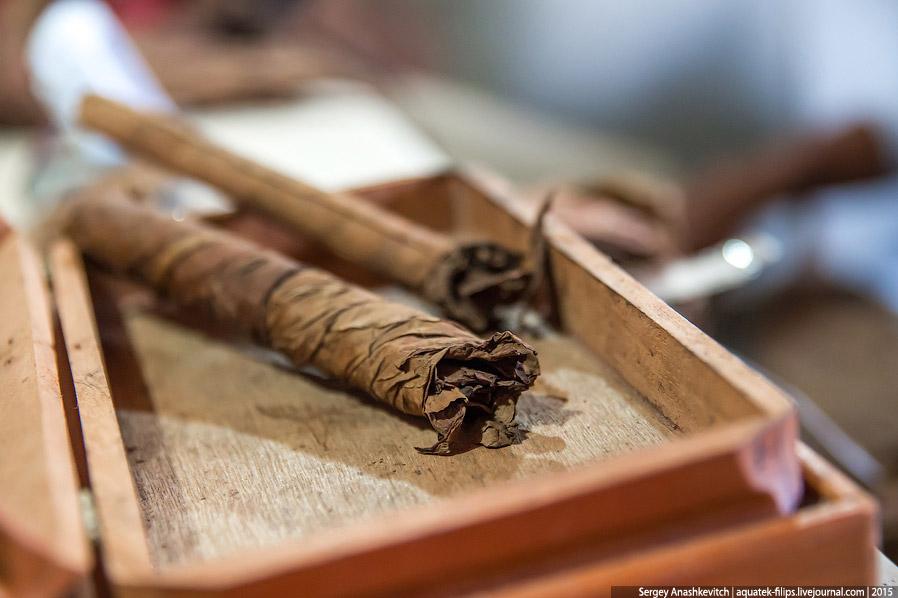 6. После того, как заготовки готовы, их укладывают в специальную деревянную форму с выемками, состоя
