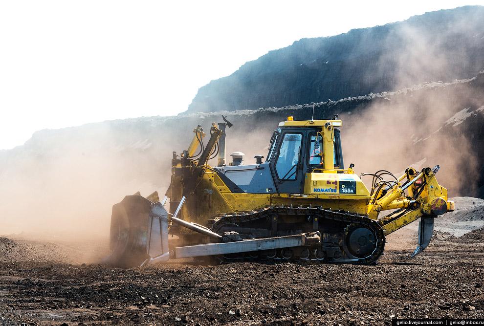 32. На разрезе работают два поливочных БелАЗа. В летний период они борются с пылью — поливают дороги