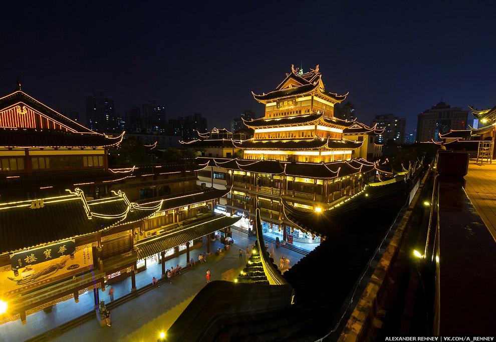 Небольшой участок города, выполнен в старом стиле. Именно на этом месте и возник сам Шанхай, как гор