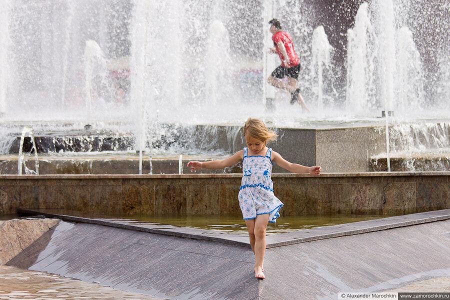 Босоногая девочка и фонтан