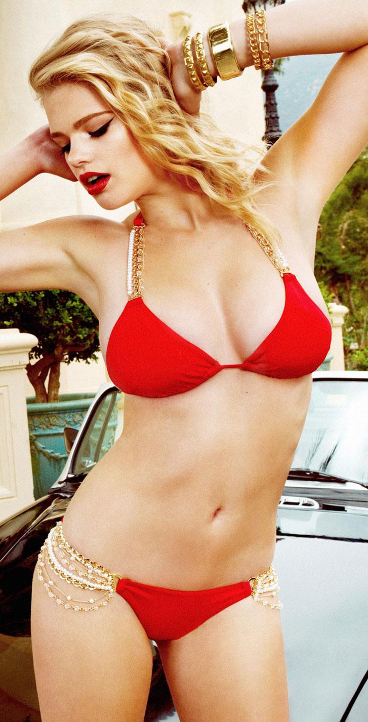 красивая девушка в красном купальнике