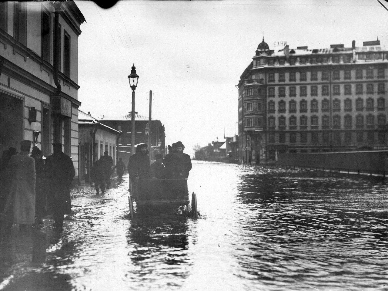 Наводнение. Большой проспект Васильевского острова. 1913 г.