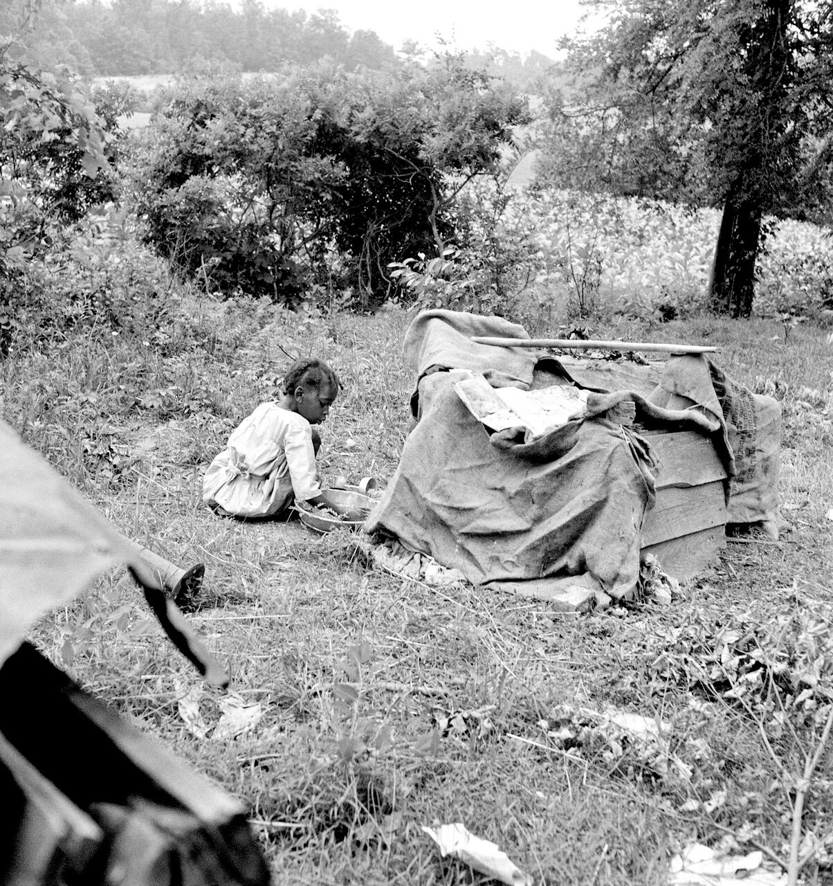 Играют дети сборщиков табака. Округ Персон, Северная Каролина, 1939