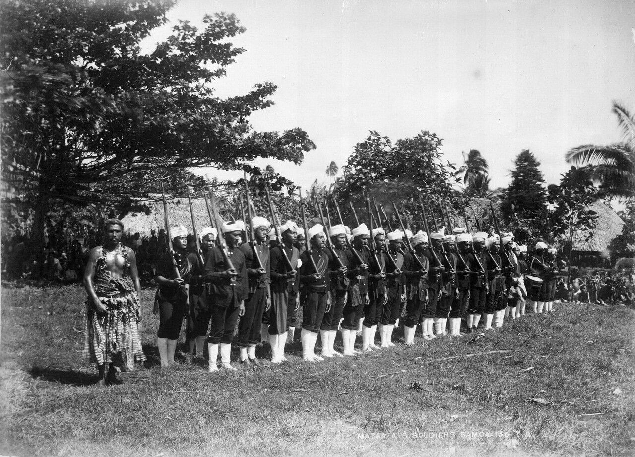 Солдаты короля Матаафа на построении. Самоа, 1890-х годов