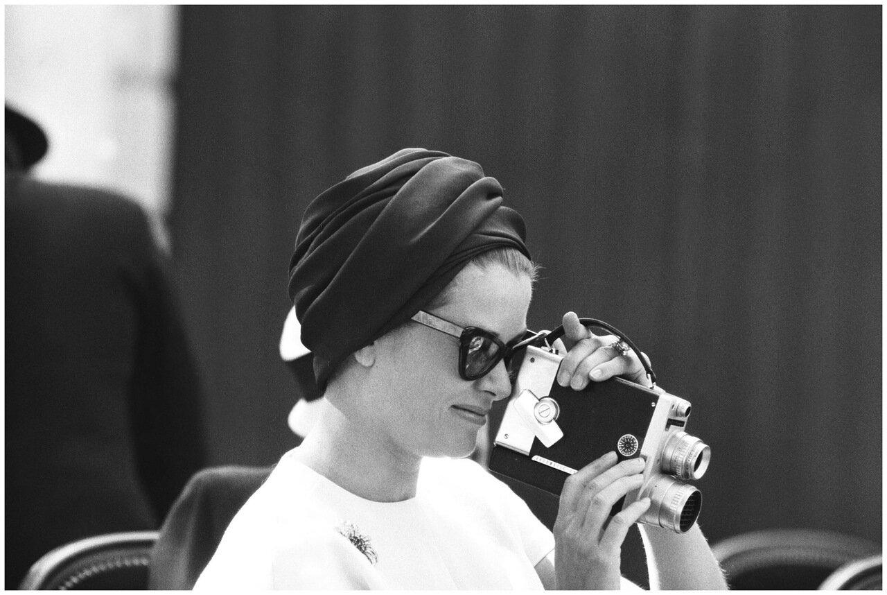 1962. 18 июня. Принцесса Монако Грейс снимает цветы на кинокамеру, Монако