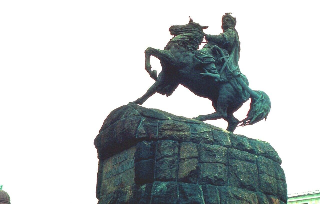 8.  Памятник  Богдану Хмельницкому