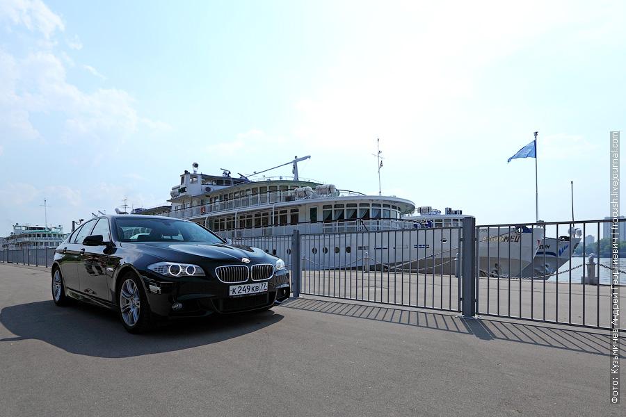 BMW 520i на фоне теплоходов «Илья Муромец» и «Юрий Никулин»