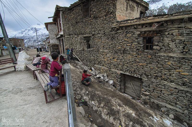 Мега-горка и мега-чумазые местные дети из Мананга, гималаи, непал, горы