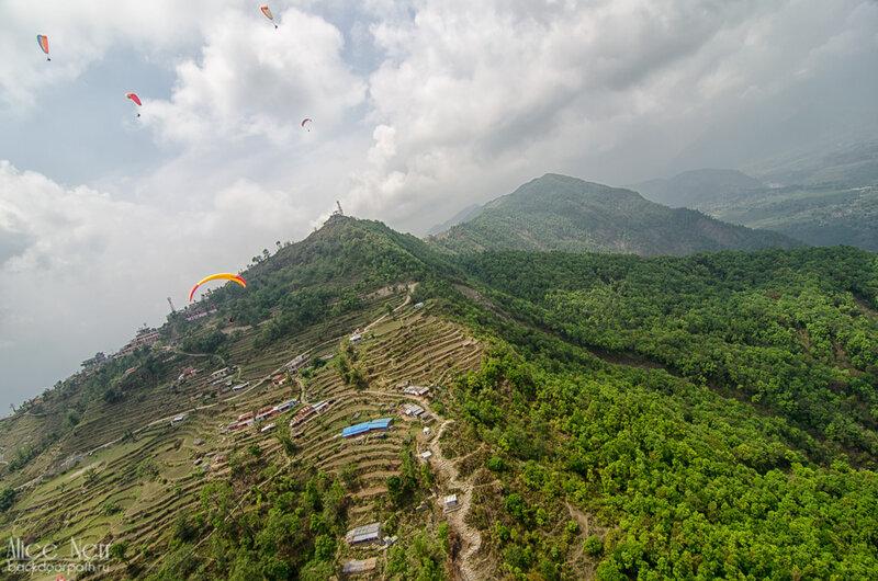 вид на холмы с параплана - ближняя вершина - Сарангкот