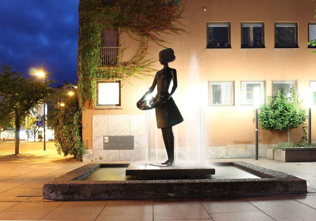 Молде.Торговая площадь. фонтан Девушка с розами. Rosepiken. Moldetorget