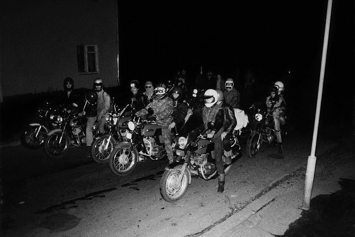13. Ночной выезд мотохулиганов весной 1989 года. Такими шайками в духе фильма «Безумный Макс» они но