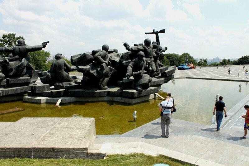 Памятник на территории музея ВОВ