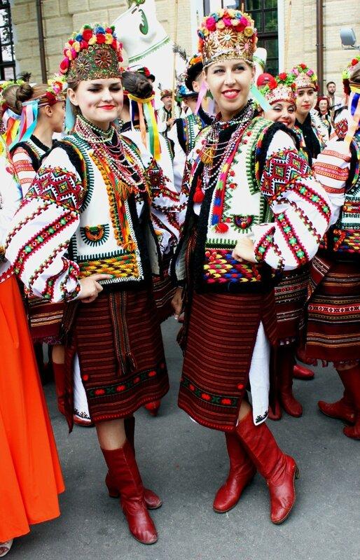 Участницы Парада вышиванок 2013