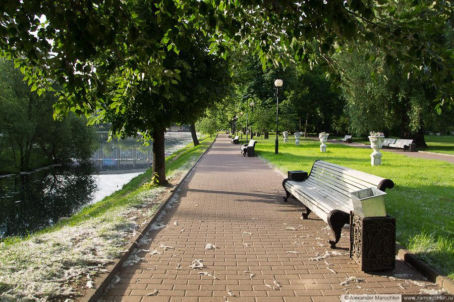 Скамейки у пруда в Екатерининском парке