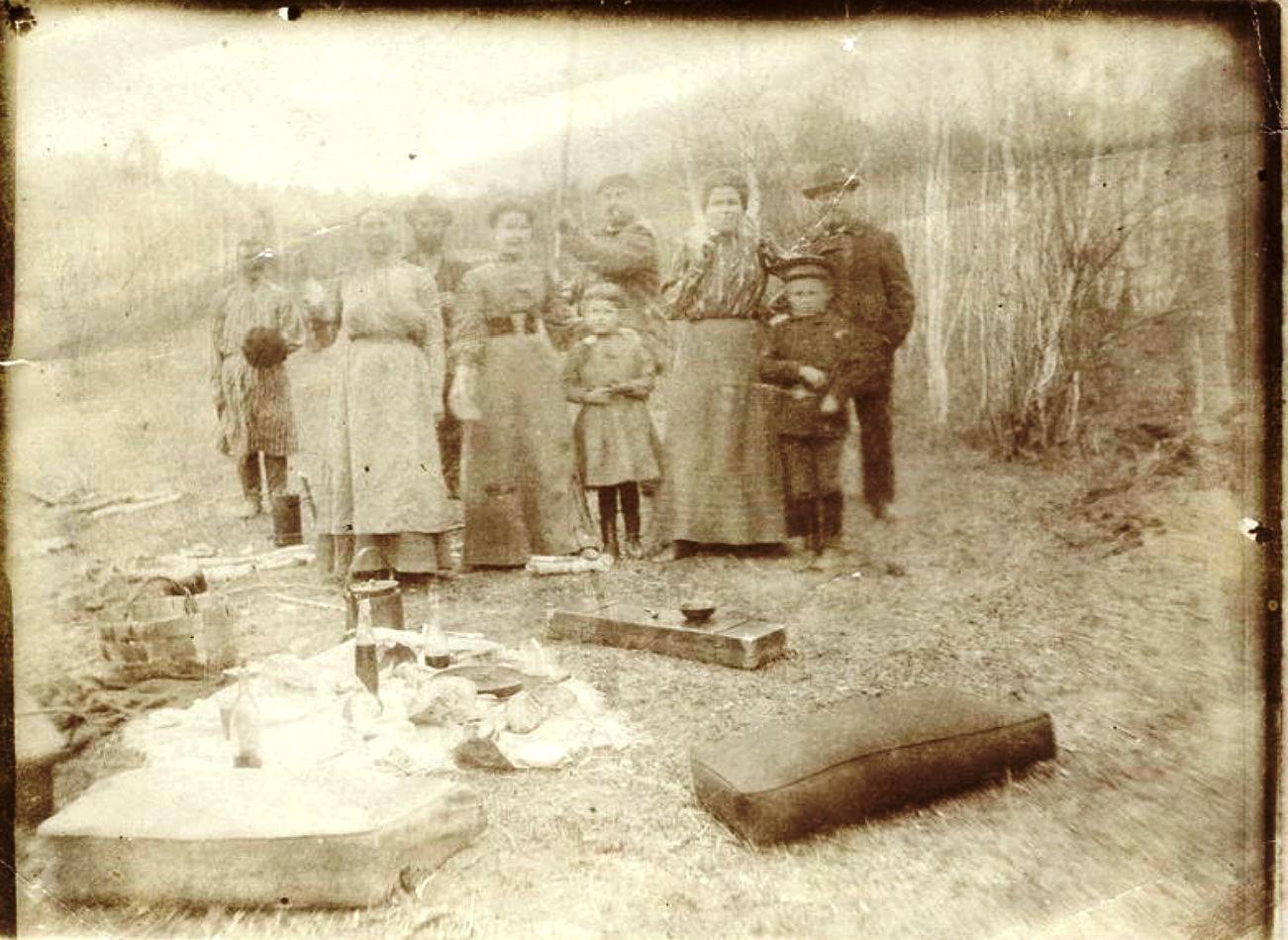 Семья иркутских купцов Белоголовых на пикнике