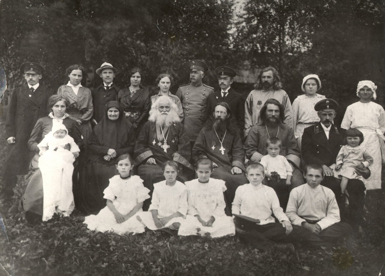 Протоиерей о. Николай Чихачев в кругу своей семьи и знакомых (1917)
