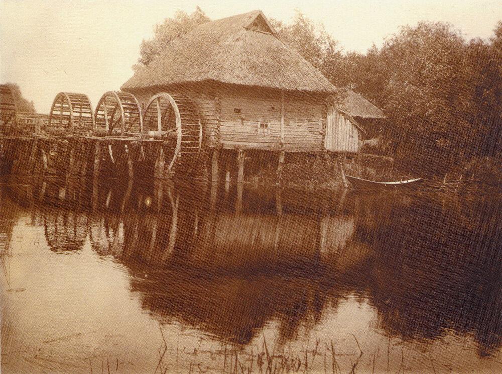 Водяная мельница с тремя колесами на речке Ворскла. Город Охтырка Сумской обл. 1910 г.