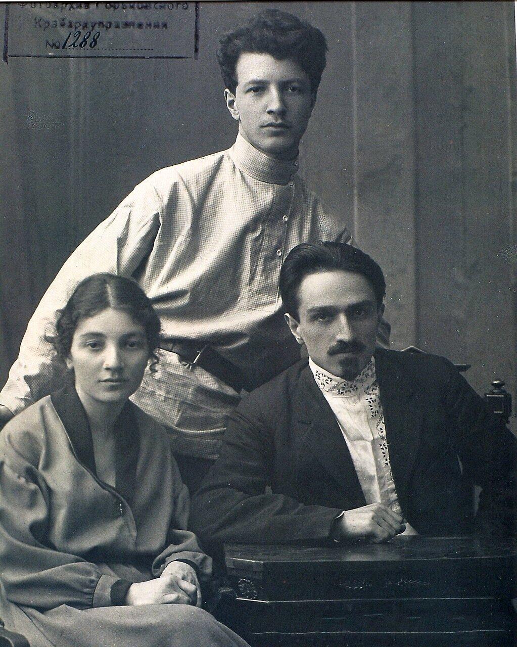 Анастас Микоян с семьей. 1921.
