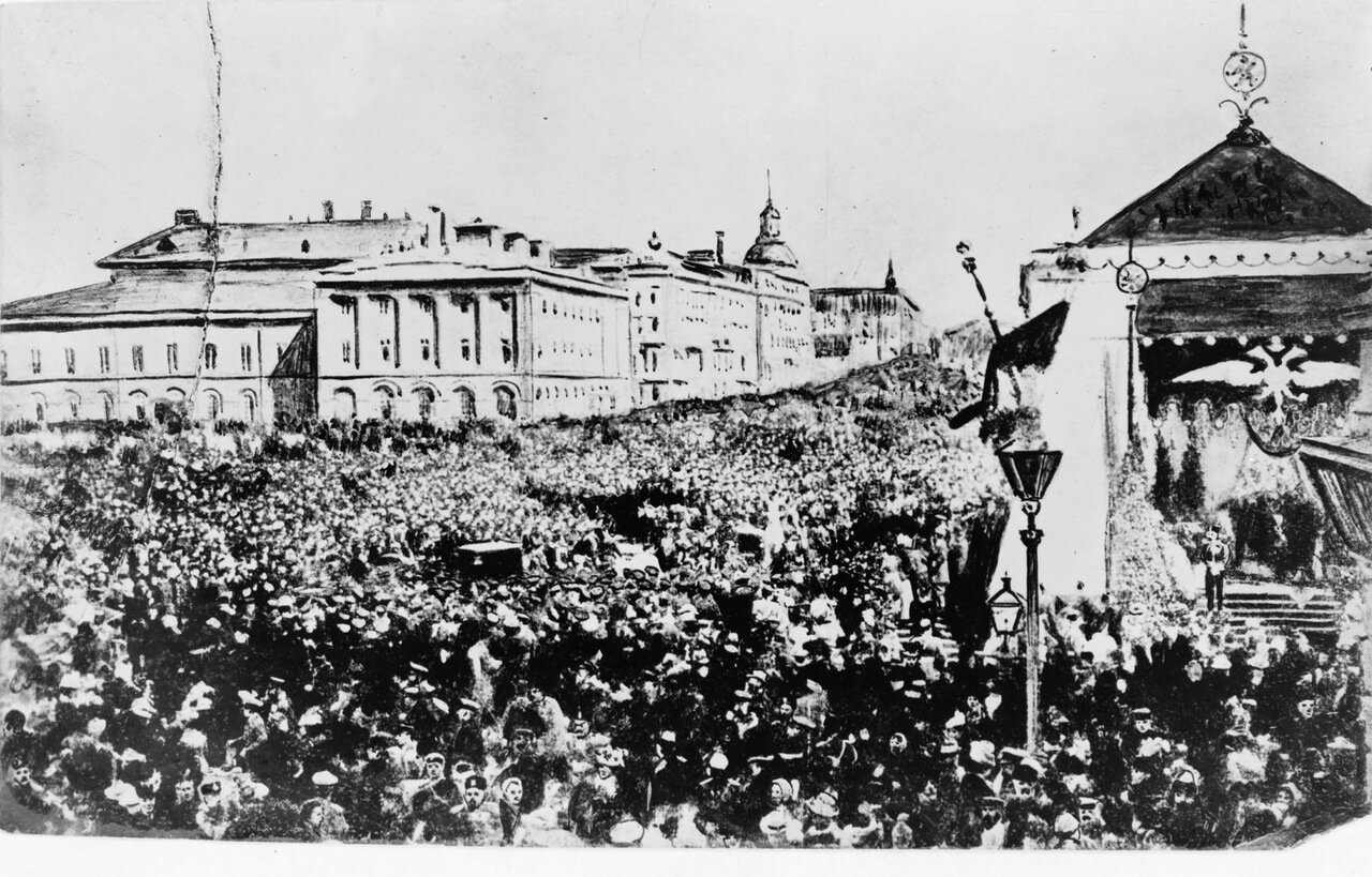 Праздничные толпы в Москве празднующие Декларацию Свободы