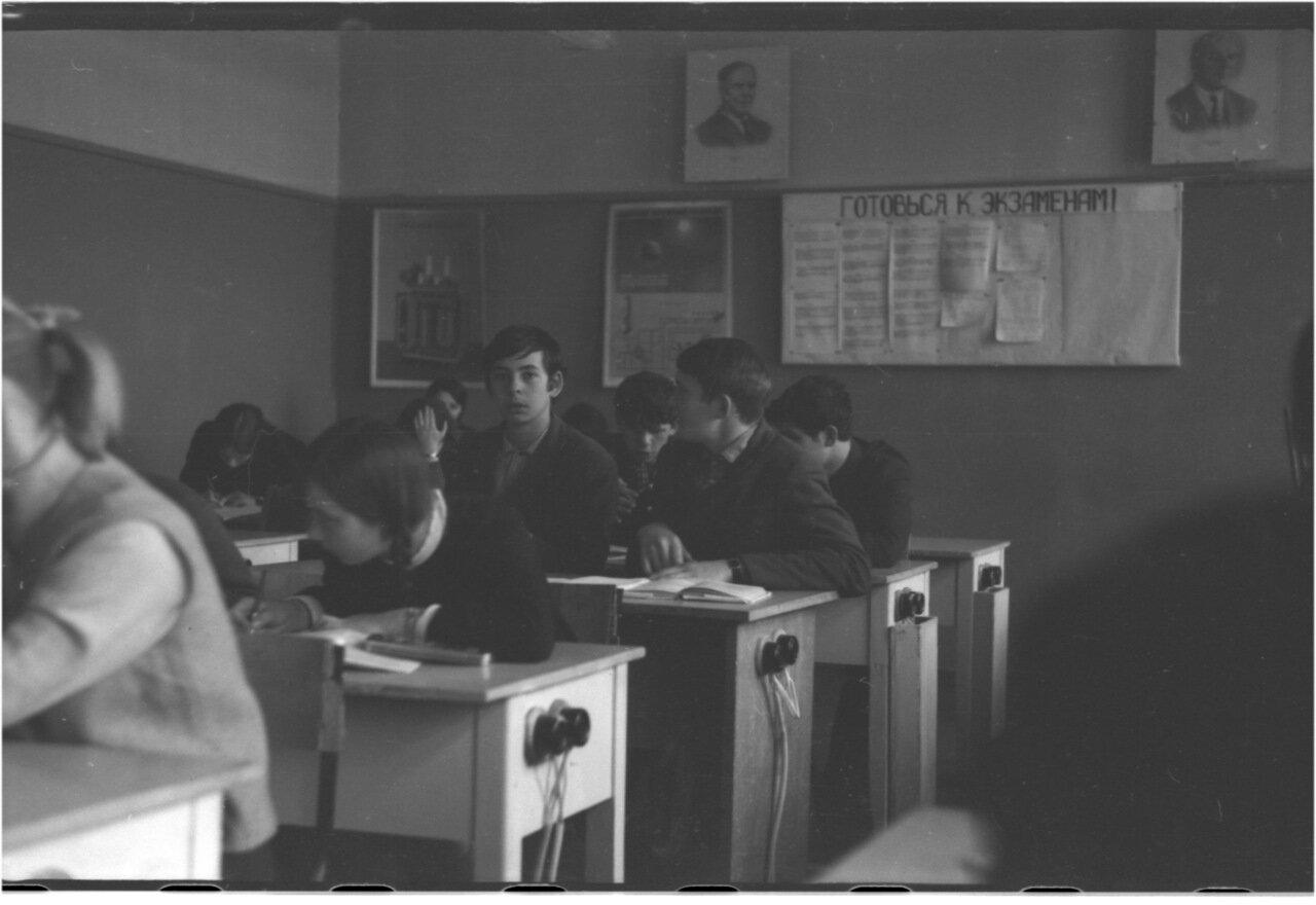 1969-70 класс 8 В.    Давидсон, Микаберидзе, Алташин, Богомолов