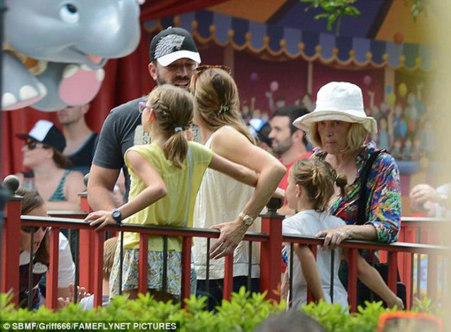Грустный актер Бен Аффлекк с бывшей женой и детьми отдохнул в Disney World