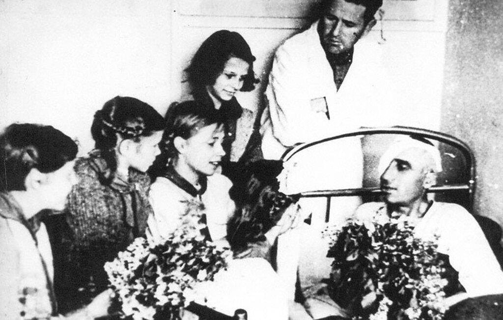 Пионеры Кисловодской школы № 4 в госпитале.  1943 г.