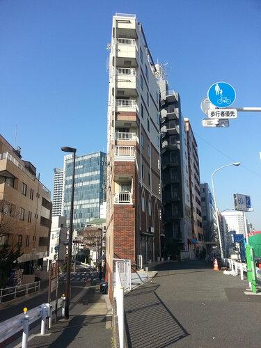 Японцы стараются занять все доступное пространство, дома вот такой ширины совсем не редкость