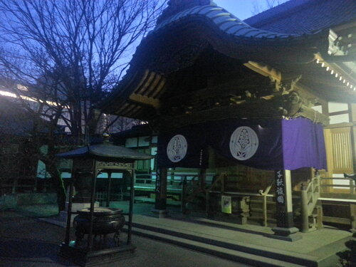 Путь к додзе Тада-сенсея идет через небольшое синтоистское кладбище, и это в Японии никого не волнует