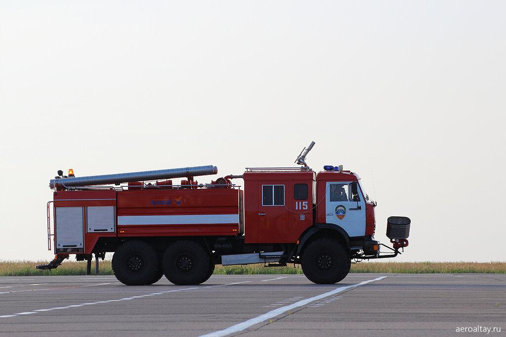 Автомобиль СПАСОП в аэропорту Барнаула