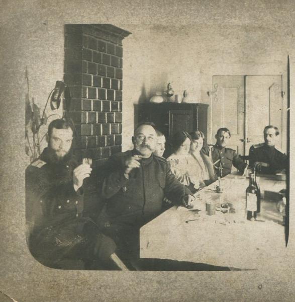Крайний справа Преображенский, супруг Александры Николаевны.jpg