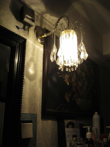 Фото 4. После того, как электрик докрутил лампочку в патроне бра, свет в коридоре появился.