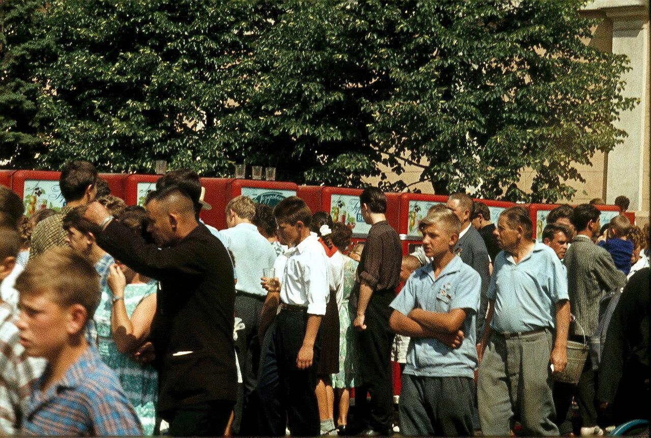 Москва. На углу Красной площади. Автоматы по продаже газированной воды