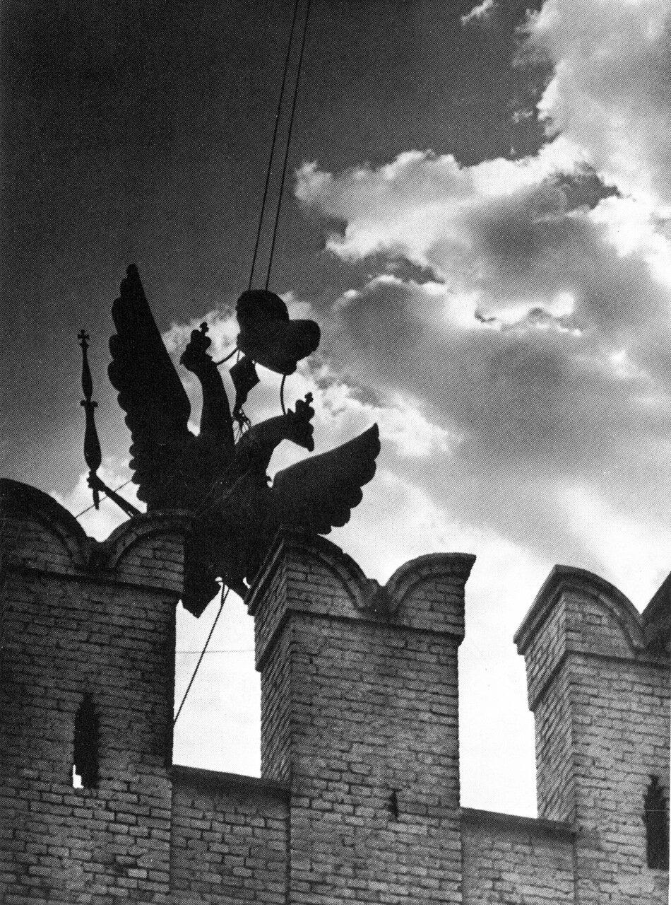 Снятие царского герба. 1935 год.