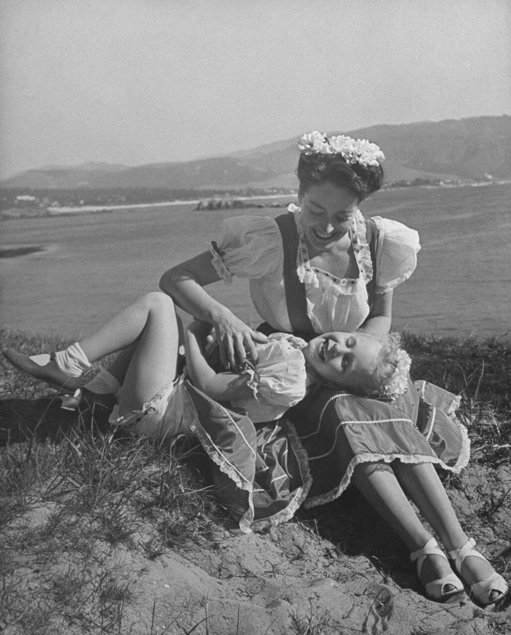 1945. Джоан Кроуфорд с дочерью в Монтерей, Калифорния